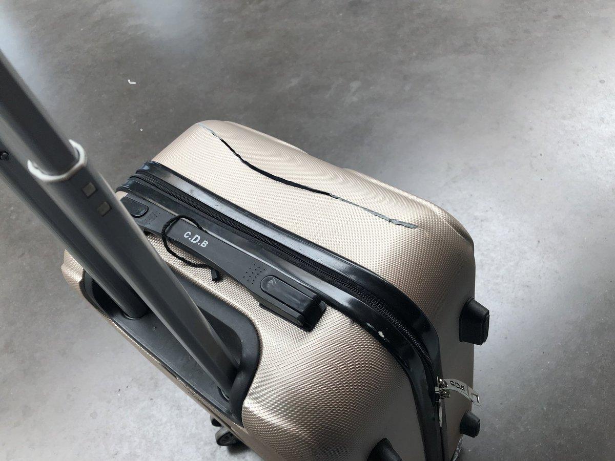 Après avoir eu le plaisir de voir un concours de jeté de valises par vos équipes au sol du vol fr2180 ce jour pour le chargement des bagages à Lisbonne, voici l'état de la valise de ma compagne a l'arrivée. Merci #Ryanair
