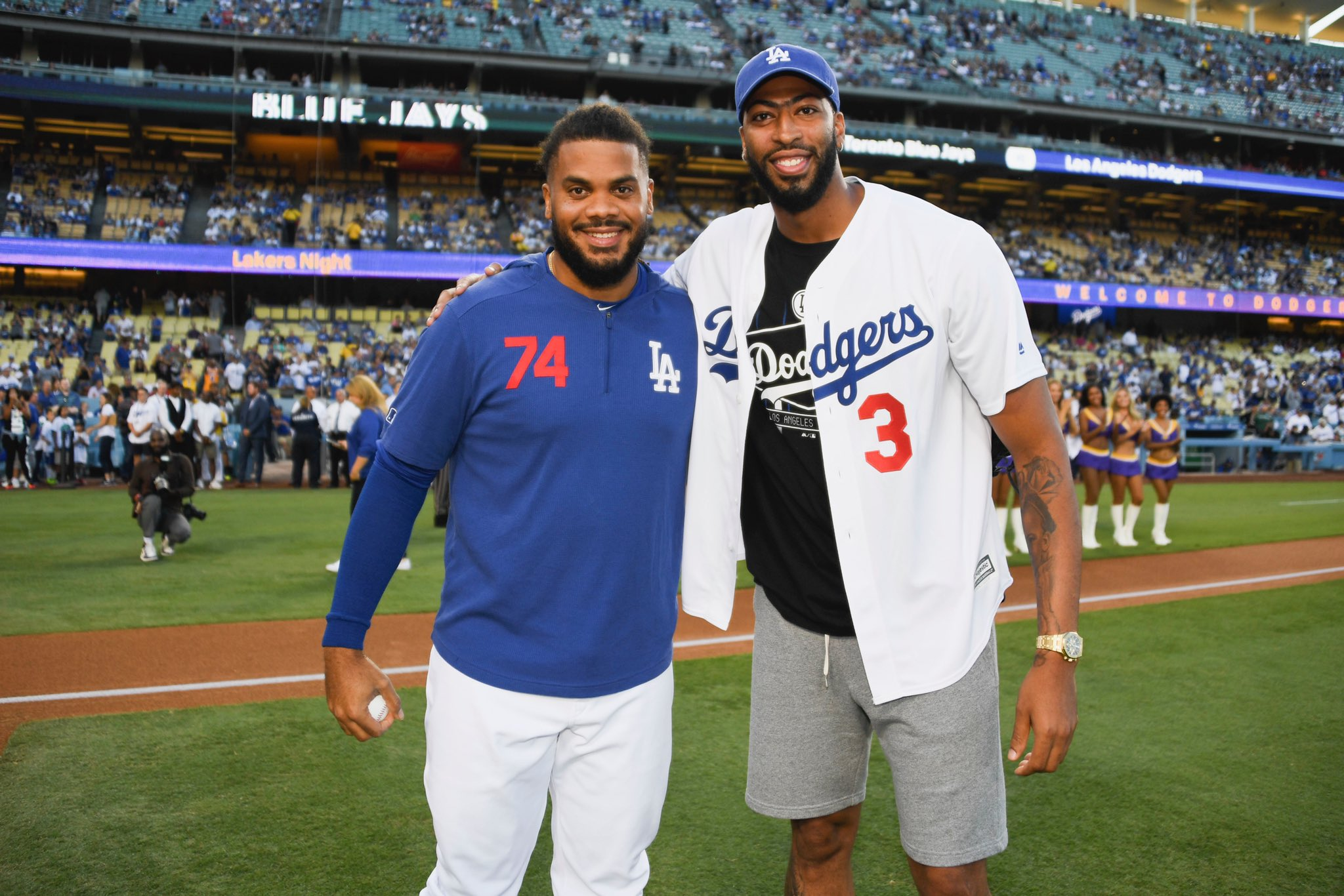 Welcome to #LA @AntDavis23  #Dodgers x #Lakeshow 🙌🏾 https://t.co/sGNuMfHtJY