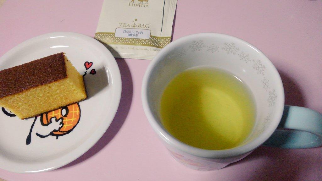 test ツイッターメディア - 食後のお茶の時間です☕(^^)  ルピシアだよりに入っていた、【白桃煎茶】と松翁軒のカステラです(*^^*)  今年も【紅葉狩り】買おうかな。林檎の良い香りがするんですよね✨ https://t.co/H1Ih0Nvgy7