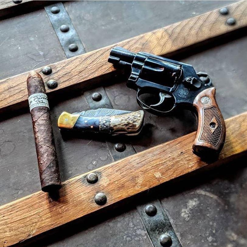 Bringin' out those celebratory cigars for Wheelgun Wednesday   📷 @the_royal_moose via @cigarsandguns  #brownells #guns #revolver https://t.co/WNIycXWtIG