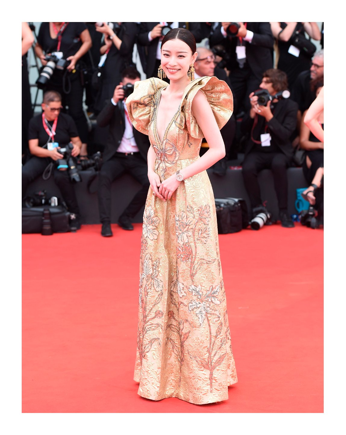 At the 76th Venice International Film Festival, #CaptainMiao wore a #Gucci Made to Order gown with ruffles and embroidered details. #NiNi completed her look with a pair of #GucciHighJewelry earrings and a solitaire ring.  #AlessandroMichele #BiennaleCinema2019 #Venezia76 https://t.co/9zYvQADWm2