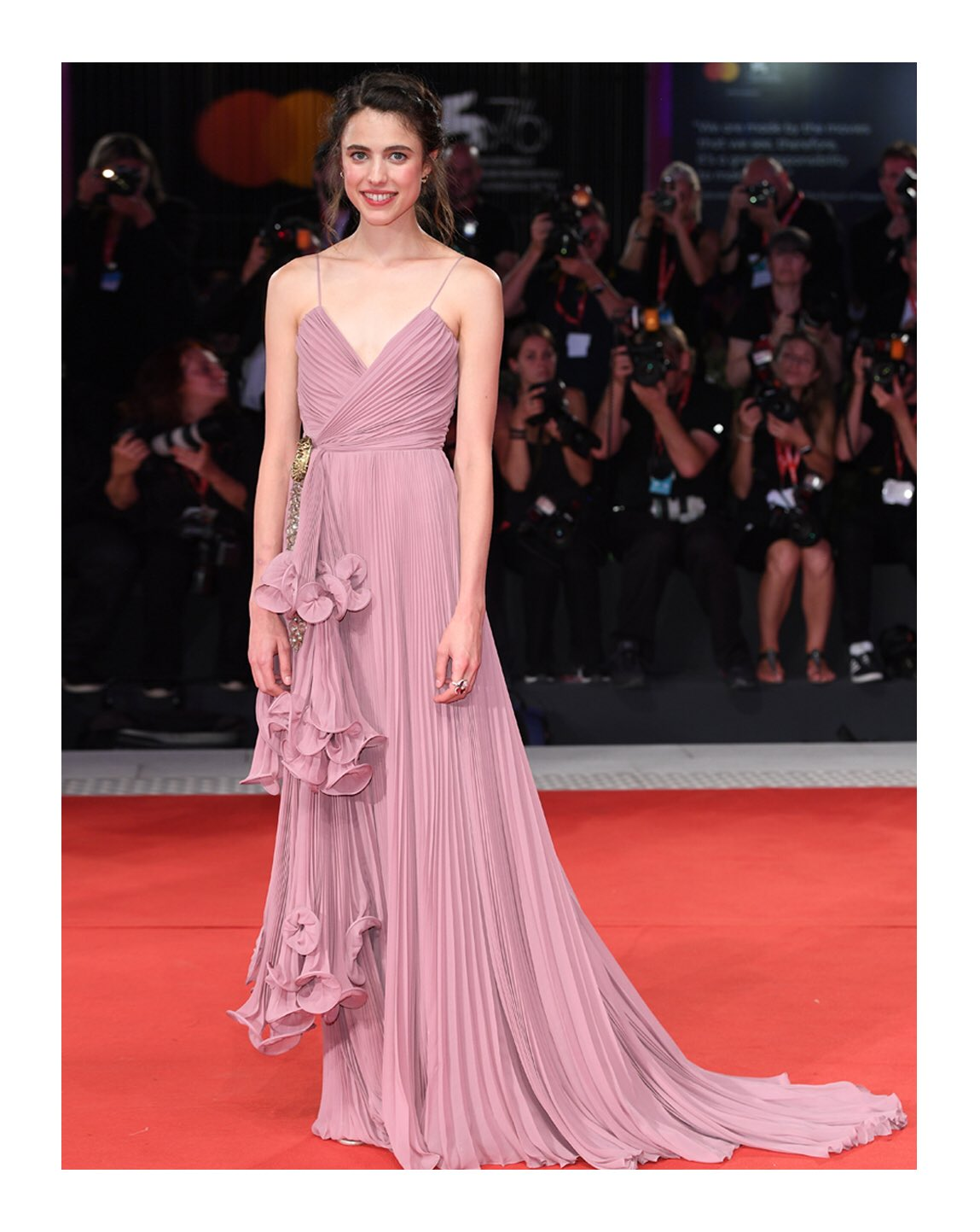To the 76th Venice Film Festival, @MargaretQualley attended the screening of 'Seberg' in a silk georgette plissé gown with tiered gathered front and gold metallic head brooch from #GucciCruise20 by #AlessandroMichele. #MargaretQualley #BiennaleCinema2019 #Venezia76 https://t.co/f0Z9tom1PG