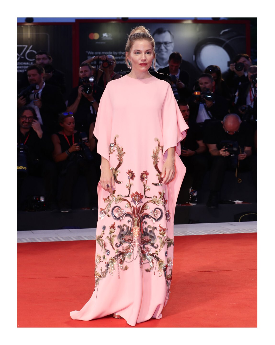 Recipient of the Kinéo International Award at the 76th Venice Film Festival, #SiennaMiller  wore a #Gucci silk cady embroidered gown with metallic leather sandals.  #AlessandroMichele #BiennaleCinema2019 #Venezia76 https://t.co/Jas785Hucb