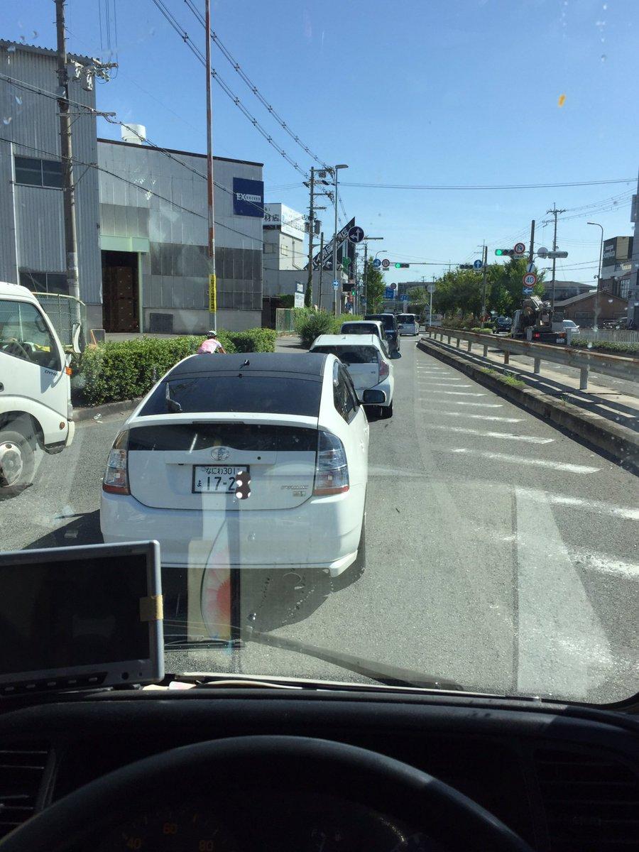 test ツイッターメディア - 今日遭遇したプリウス本当にクソでした。 二車線から一車線になる際に私の後ろに入るスペースがあるのに追い越して強引に私の前に割り込み そのあと、この写真のとおり左からのトラックの合流には車間を詰めて入れされない 心の狭さが分かる 煽り運転だけだなく、こんな運転する奴にも罰を‼️ https://t.co/WeYVbphp1V