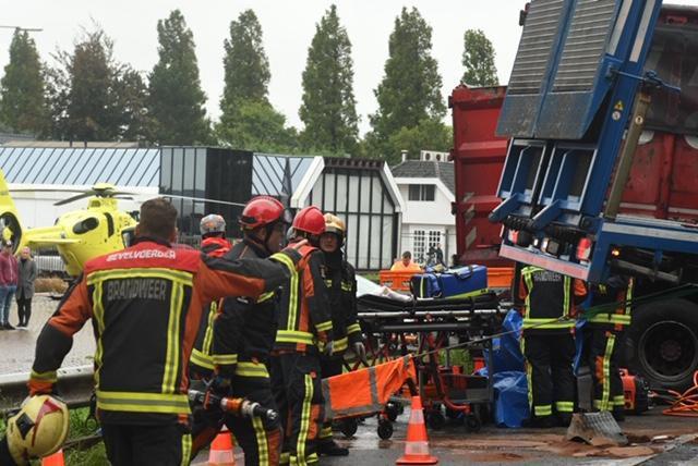 Drie gewonden bij groot ongeval met vrachtwagens en auto's bij Boskoop, N207 dicht..