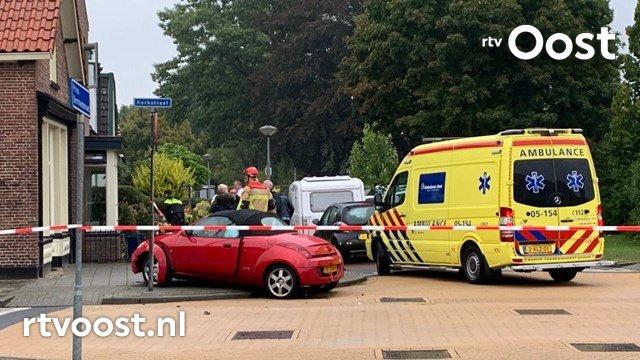 Slachtoffer uit auto geknipt na ongeval in Nijverdal. #rtvoost.