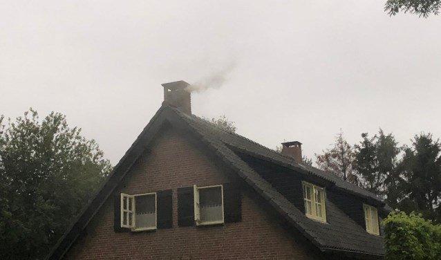 Brandweer blust schoorsteen aan -..
