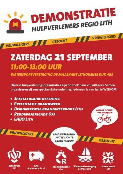Brandweer ensceneert explosie op rondvaartboot in Oude Maas bij Lithoijen..