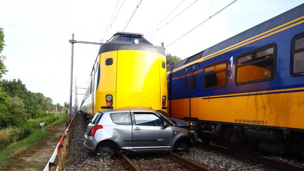 Trein ramt auto bij Meppel, bestuurder kan op tijd ontsnappen.