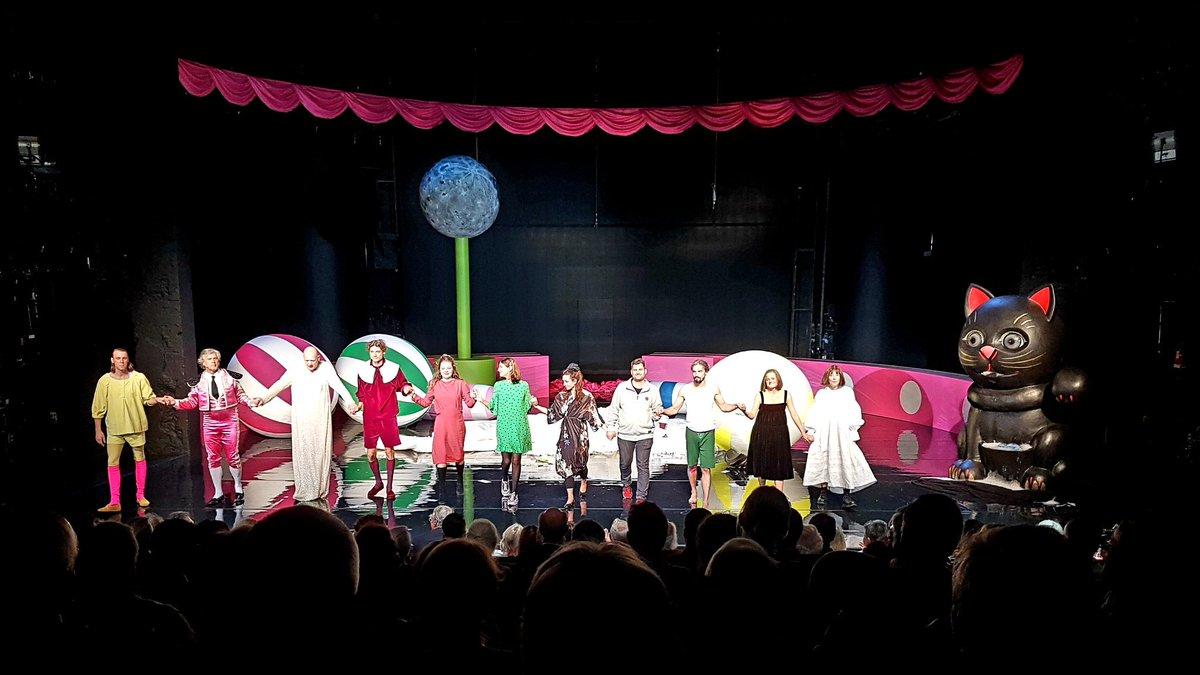 """test Twitter Media - """"Minna"""" in der Manege. Lessings Lustspiel einmal anders. Ohne echtes Happy End. Dafür mit Winkekatze. Hat Spaß gemacht. War aber auch lang. Also gefühlt. #Premiere #theaterbonn https://t.co/q7jgcwO8Kv"""