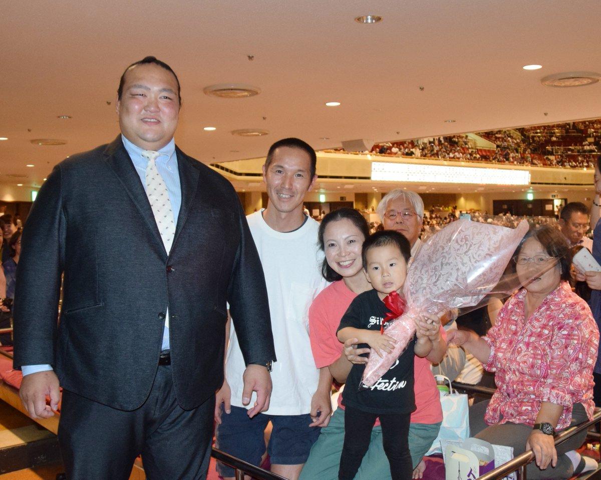 test ツイッターメディア - <六日目の様子> 当選者の皆様と記念撮影。 お子さんは高安のファンとの事です!#sumo #相撲 https://t.co/3P7VNzdm7Z