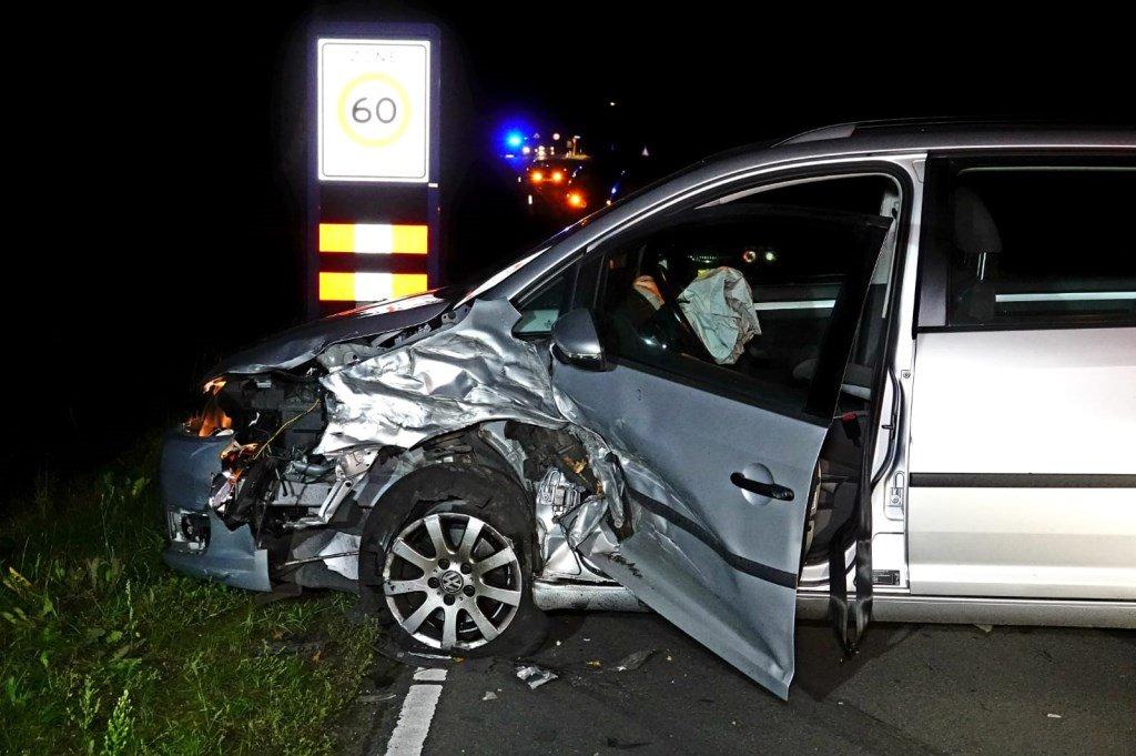 Frontale aanrijding Wekerom; bestuurster naar ziekenhuis [WEKEROM] Op de Edeseweg in Wekerom zijn vrijdagavond twee personenauto´s frontaal op elkaar gebotst.