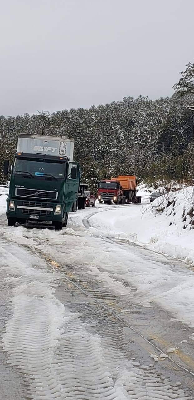 🔴#Ahora Ruta #VillaSantaLucía - #Chaitén cortada parcialmente por camiones que producto de la nieve en sector #CuestaMoraga quedaron atravesados en ruta. Se reitera el uso #OBLIGADO de cadenas.@tteinforma_X @moploslagos https://t.co/bsRtdGfjh6