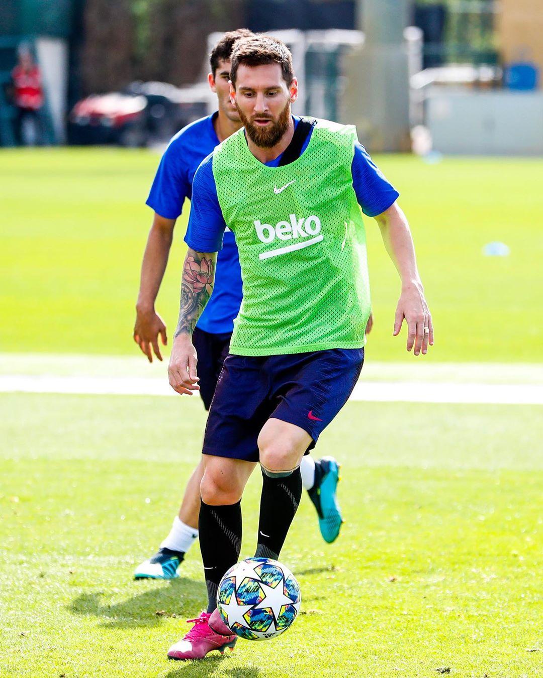 😱 ¡HA VUELTO! 😱 ¡HA VUELTO! 😱 ¡HA VUELTO! 😱  Excelentes noticias para el @FCBarcelona, Messi ya entrena con el grupo y se espera que pueda jugar algunos minutos en la @ChampionsLeague https://t.co/AZSKlH8Mu1