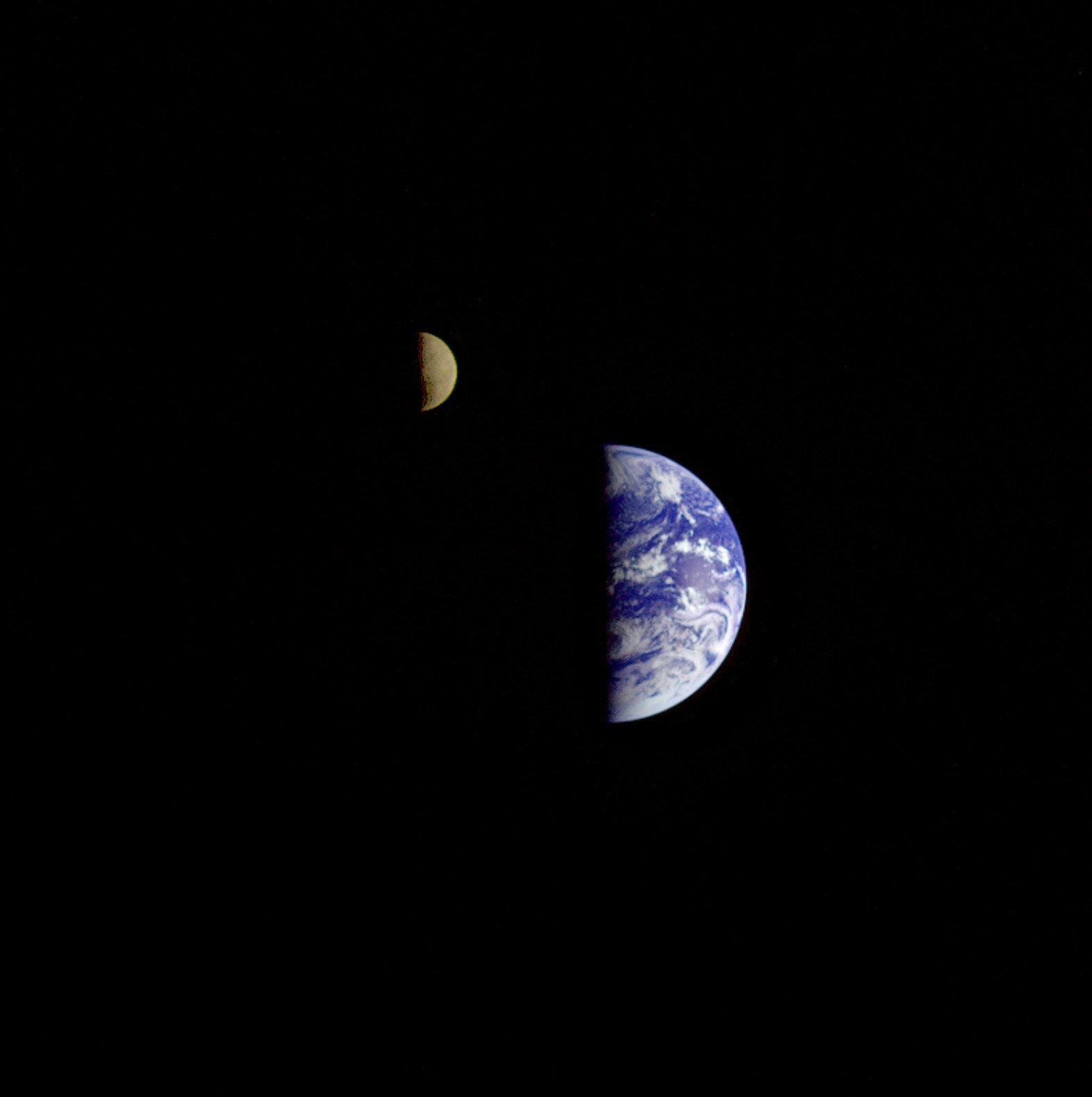 Esta es la primera fotografía de la Tierra y la Luna, juntas y enteras. Fue tomada #UnDíaComoHoy de 1977 por la sonda espacial Voyager 1 a 11,7 millones de kilómetros de distancia y 13 días después de su lanzamiento desde Cabo Cañaveral en Florida https://t.co/nBttFjkIat