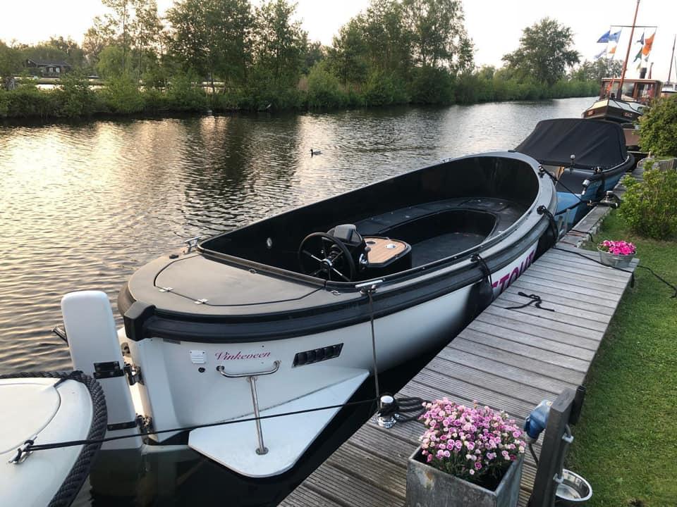 Zondag 13 oktober is sloep gestolen vanaf steiger in de Oude Rijn met roze letters 'stout 650 Vinkeveen', en is