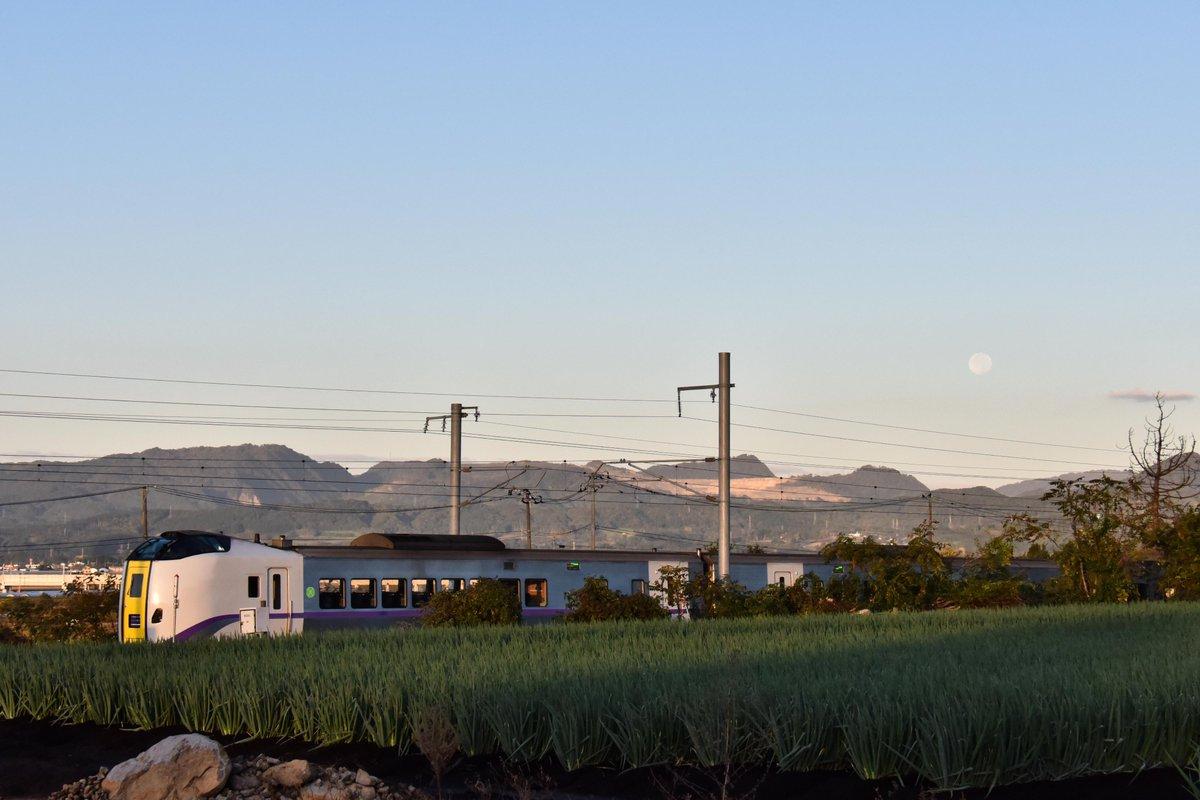 test ツイッターメディア - 今朝は四季島が来る日なので満月と一緒に撮りたくて 早起きしてみましたが、台風の影響でしょうか? 来ませんでした  特急と満月を撮って帰って来ました (^_^;) https://t.co/Ljr3K5QAYC