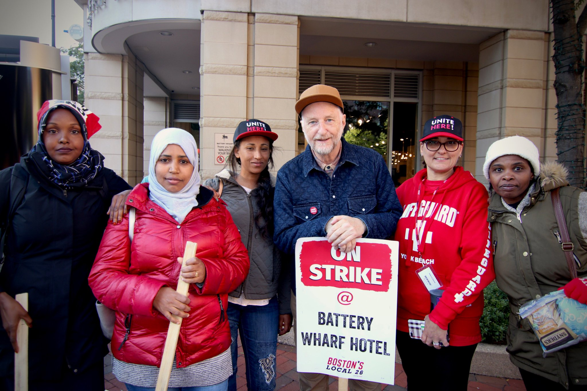 Thank you to @billybragg for supporting striking Battery Wharf Hotel workers. These badass housekeepers have been on strike for a month fighting for affordable health care, fair wages, and sexual harassment protections. And when we fight, we win! #1u #BoycottBatteryWharf https://t.co/POYZAYqbvf