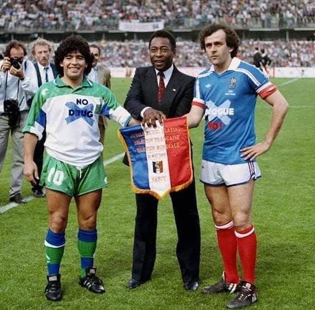"""The year is 1986. The sign on Maradona's shirt says """"No drugs"""" , on Platini's """"No to corruption"""" 🤣 https://t.co/8VTJosPxZL"""