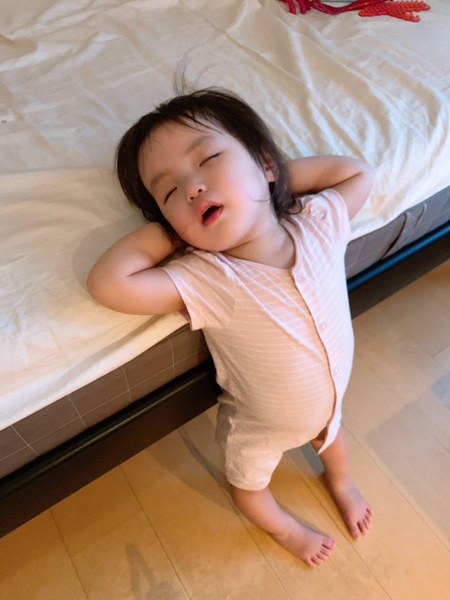 この体制のまま立って寝た娘が可愛すぎると私の中で話題に