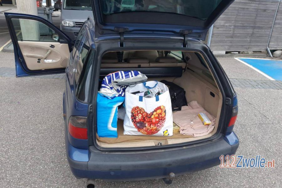 Kofferbak vol met goederen mogelijk van winkeldiefstal. 112Zwolle.