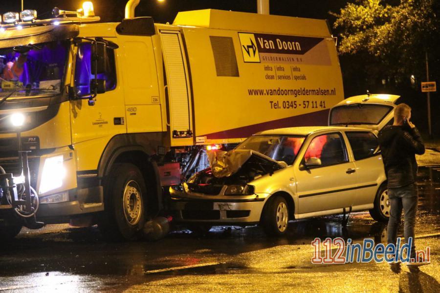 Personenauto en veegwagen met elkaar in botsing in #Ugchelen. 112 in Beeld.