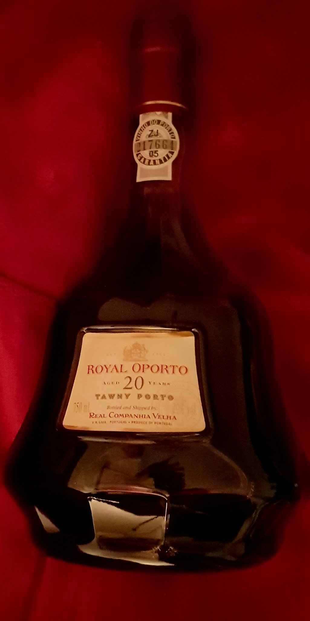 I love it 🍷😁👍🍷 : A very elegant port with a scent of roses and almonds, with finely nuanced sweetness. Rich, soft and soft with a fine fruity taste, well integrated and Balance #port #portwine @JMiquelWine @TweetaDean @winewankers @MrScottEddy @PortWineInc https://t.co/QYgzDUH0sq