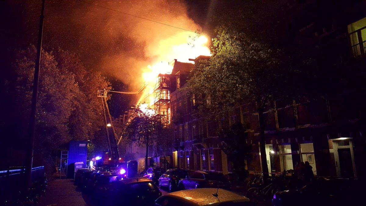 Grote brand in leegstaand pand Amsterdam: omliggende huizen ontruimd: In een leegstaand pand aan de Eerste Helmersstraat in Amsterdam-West woedt momenteel een zeer grote brand...
