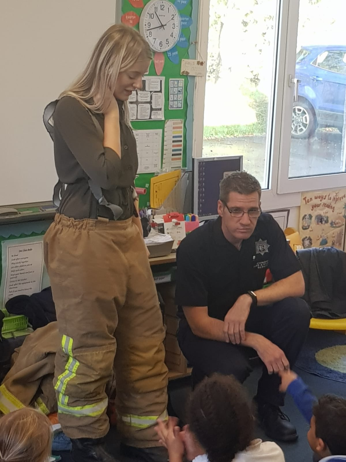Carlisle East have been busy delivering a fire safety package to Scotby Primary School this morning.  The children learned all about fire safety, the importance of smoke detectors, what the fire service do, and what we wear! https://t.co/M0YNnfjH4p