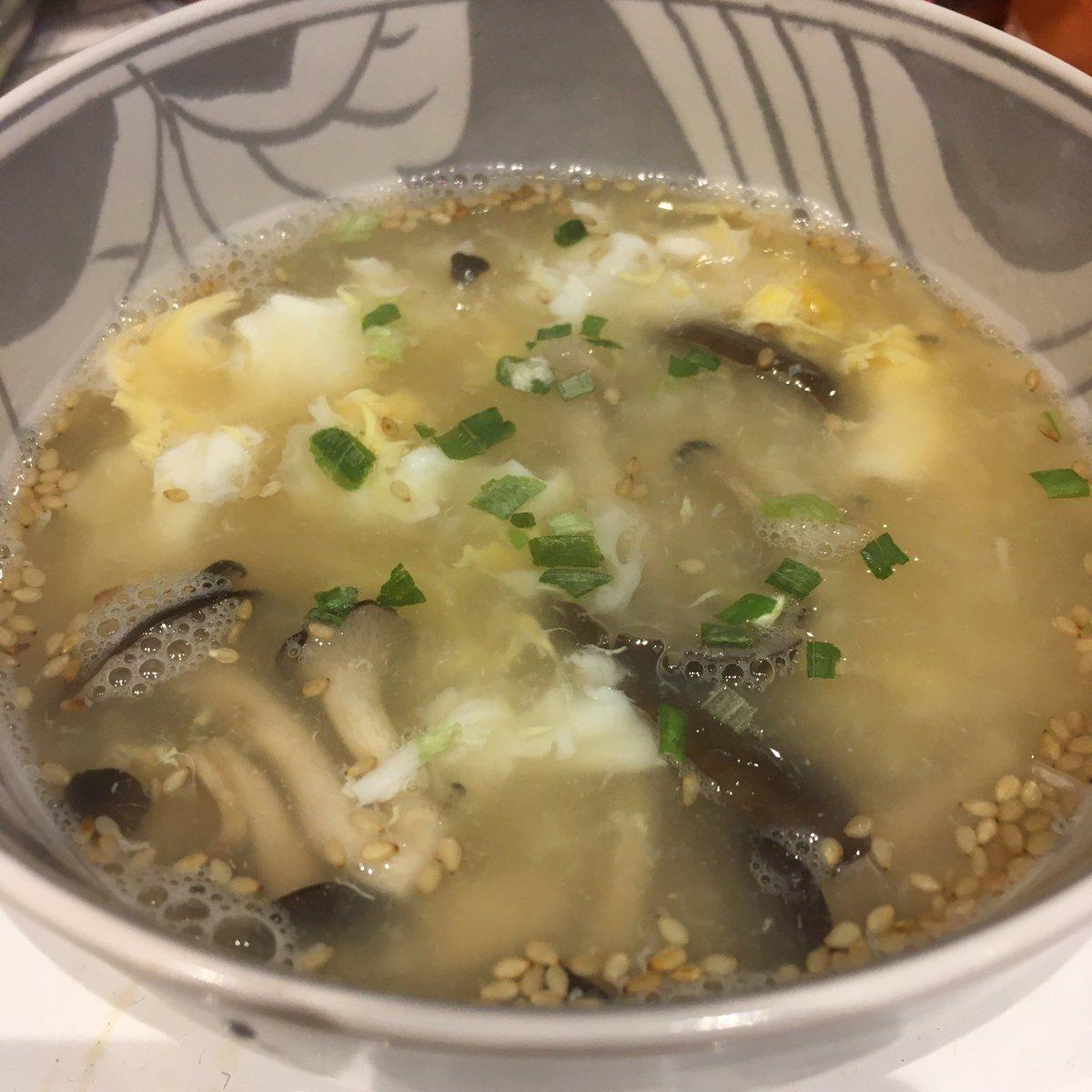 test ツイッターメディア - こんにちは😊  東京は台風か過ぎて青空です‼️  台風に備えて炊いておいたごはん🍚で ひらたけとたまごの雑炊に🍴 ホッとする味❤️  後半ちょっと物足りなくなって塩昆布とお醤油をin✨笑  #おうちごはん https://t.co/WCbqmUY6C1