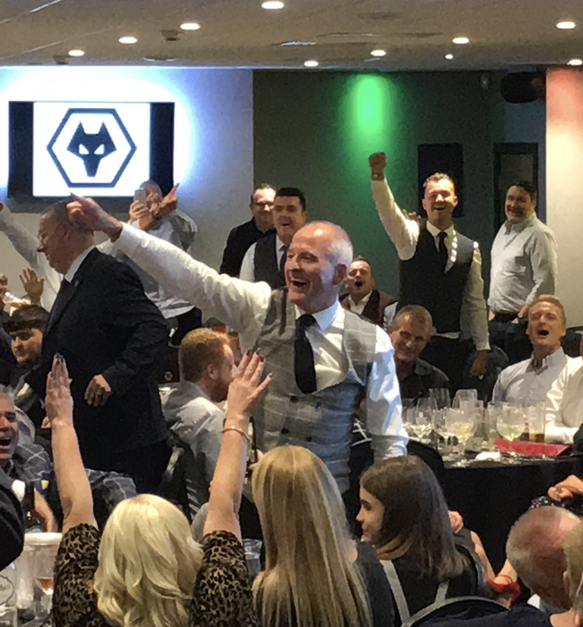 Busy weekend for #Wolves legend Steve Bull. Honoured by the fans at his @TheWolvesShirt tribute dinner on Friday night courtesy of @wolvesmatchworn, he spent Saturday in Dublin with @IrishWolvesFans then to @Barsport in Cannock with nine other Molineux stars for Sunday lunch. https://t.co/SPg9T6vYR2