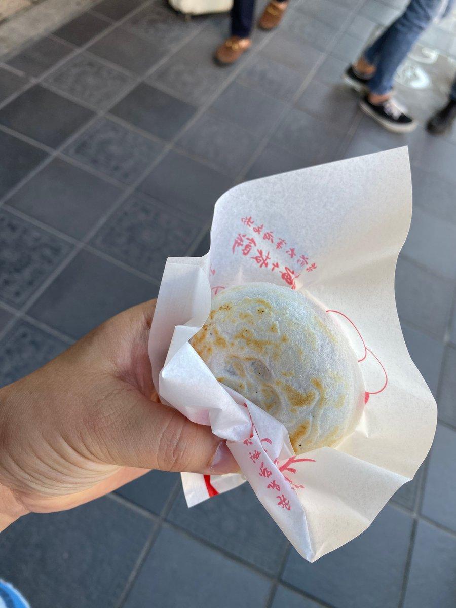 test ツイッターメディア - 降りてからはもう一度参道の方に行って、食べてみたかった太宰府バーガーを。揚げたての鳥からに梅が入ったタルタルソースが挟んであるんだけど、結構ちゃんと酸っぱい!そして何よりでかい!www もちと撮ってるの、これ遠近法じゃないんだぜ…w あとかさの家さんの梅ヶ枝餅もいただきました! https://t.co/wCifOF2PFh