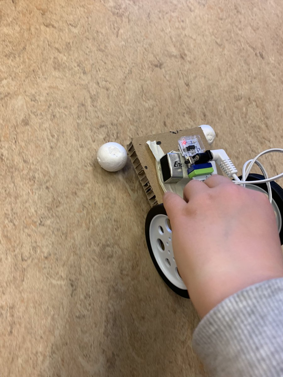 test Twitter Media - 5-8 ára snillingar í Djúpinu í dag (50min). Áskorunin að búa til bíl. Hlaðborð með LittleBits mótorum og viftum. Frauðkúlur,rör,pinnar, teygjur,pappi,tréspaðar,blöðrur & lím🚀 #Djúpið #Flataskóli #Makerspace #Menntaspjall https://t.co/9bFuMPw1sB