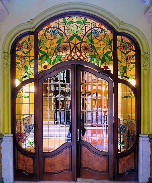 Casa Martiní Llorenç 1906 Architect Antoni Alabern i Pomar.  Barcelona.   Lovely stained glass https://t.co/KGRquzylow