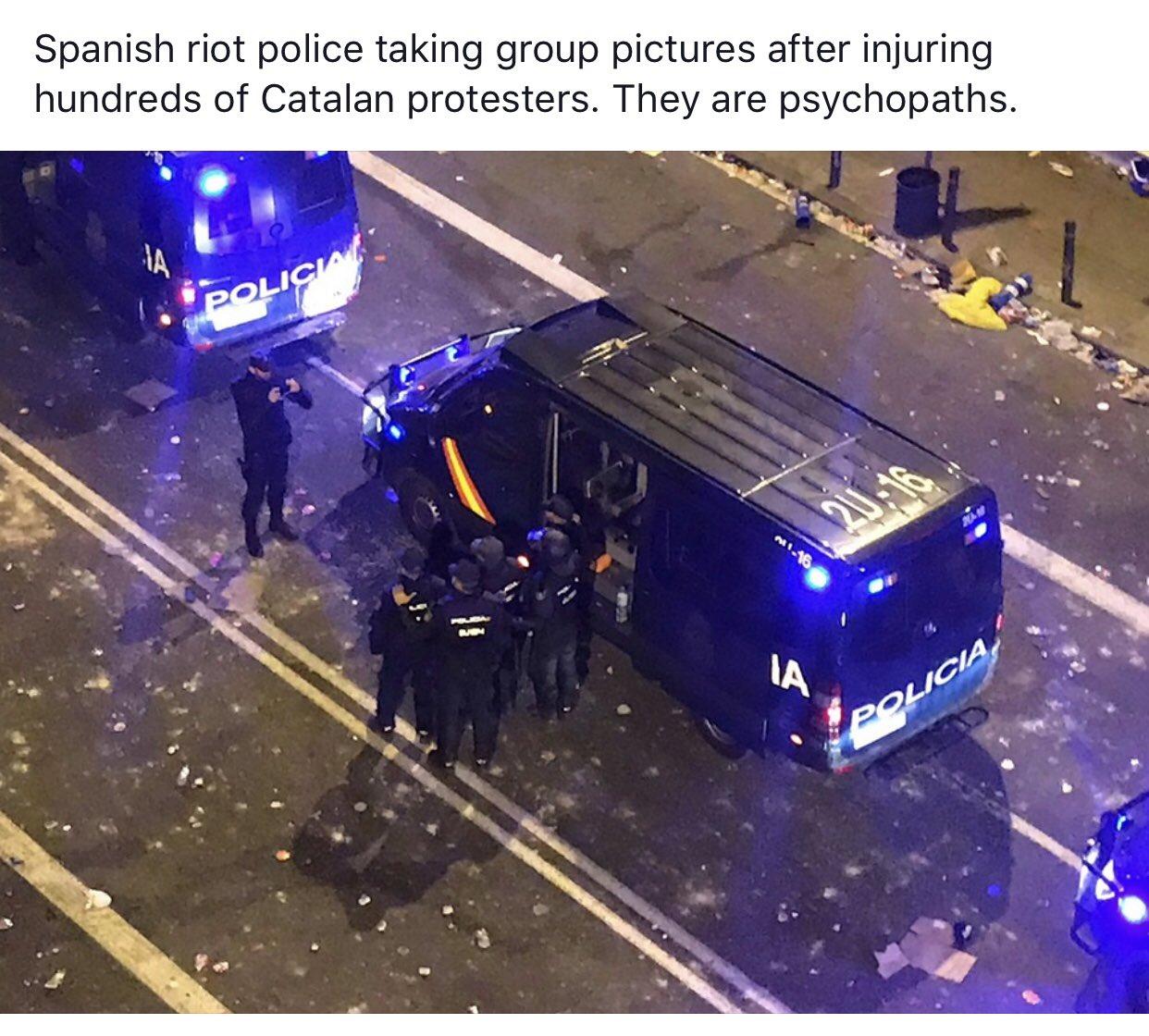 天下黑警一樣黑  Spanish riot police taking group pictures after injuring hundreds of Catalan protesters.  Meanwhile on 12/6, HK riot police took group photos after crazily firing tear gas& beating HKers. And they laugh happily.   Say no to #PoliceBrutality!   #Catalonia #HongKong https://t.co/a9hes3cZnp