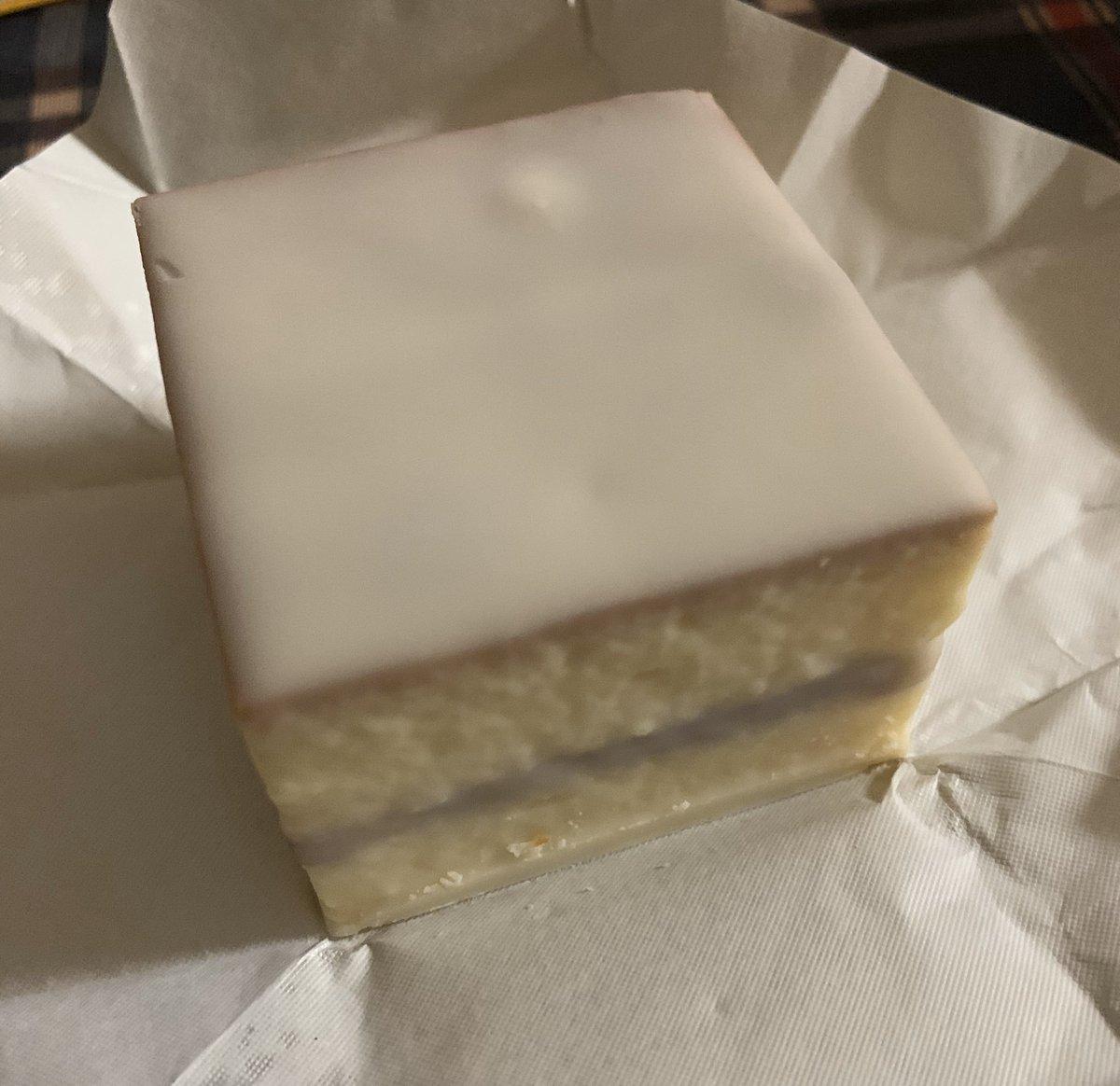 test ツイッターメディア - なつかしい鈴屋のデラックスケーキ。 箱もレトロ。 食べると脳内が小学生に戻るよ。  そして恐るべきカロリー(100グラム500キロカロリー超) https://t.co/lHW9AbimBP