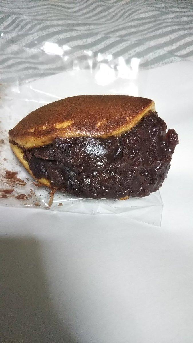 test ツイッターメディア - 今日の夜食  まずは、日本橋堀留町  清寿軒の小判どら焼き。 相変わらず餡がてんこ盛り❗️  2個目は、先日浜松で買った どらばーがー。 甘さ控えめな餡の中に小さな餅入り。意外とあっさりな食感が〇 https://t.co/tDtsM5woep