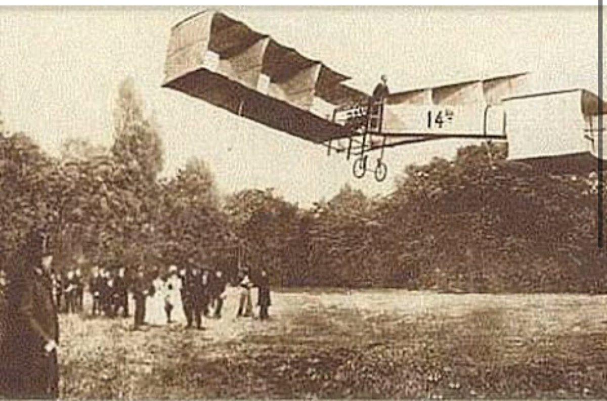 Há 113 anos, em Paris, na presença de autoridades e mais de mil pessoas, #SantosDumont, inventor e empreendedor, voava com o 14 Bis. Hoje, no #DiadoAviador comemorado pela FAB @portalfab, os brasileiros homenageiam o #PaidaAviação.