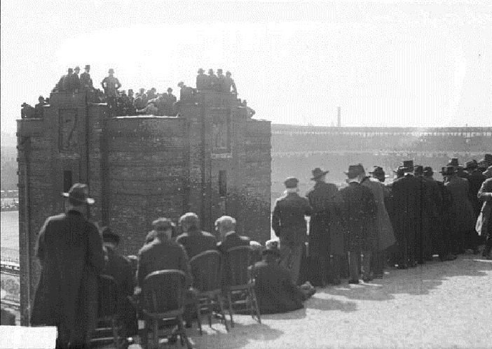 Rooters on the rooftop of a brick building across from Comiskey Park watching the 1917 World Series between the New York Giants and Chicago White Sox. To the left is servicemen with a better view from the roof of one of the two towers of Seventh Regiment Armory #WorldSeries https://t.co/DqXwhb98CS