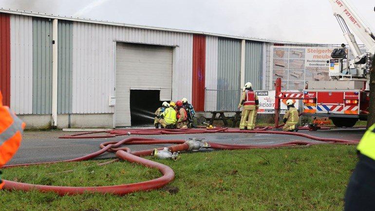 Grote brand in loods Wildervank: In een loods aan de Meihuizenweg in Wildervank, net over de provinciegrens, is een grote brand ontstaan.