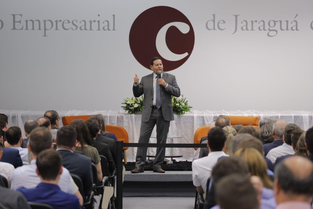 Nesta data, em palestras na Associação Empresarial de #JaraguádoSul e na Associação Empresarial de #Joinville, @acij , SC, destaquei a importância da indústria, comércio e serviços para a retomada do equilíbrio fiscal e produtividade, colunas mestras de uma economia forte.