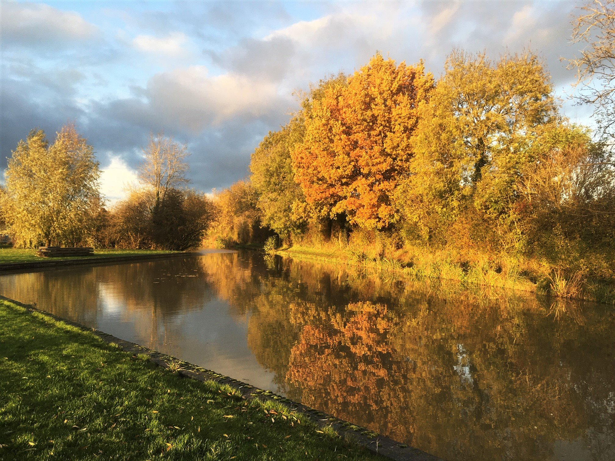 Autumn glory in the golden hour on the Oxford Canal today🧡 #lifesbetterbywater https://t.co/B3XmMjrlYc