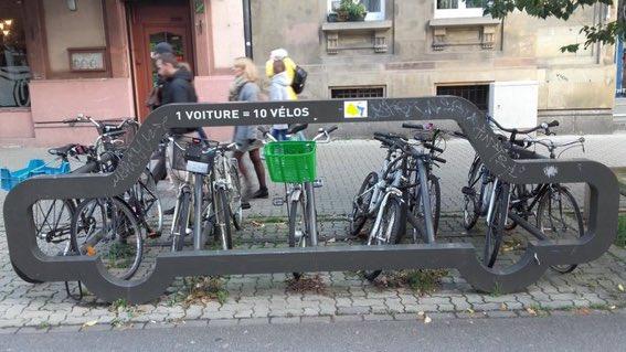 Une super idée de @strasbourg pour faire de la pédagogie et montrer la place occuper par 1 seule voiture stationnée ! Une belle idée à mettre en place à @VilledeReims ! Merci @MonVeloTousLesJ pour la photo ! #velo #reims #JeSuisUnDesDeux #municipale https://t.co/MUiubMdfLx