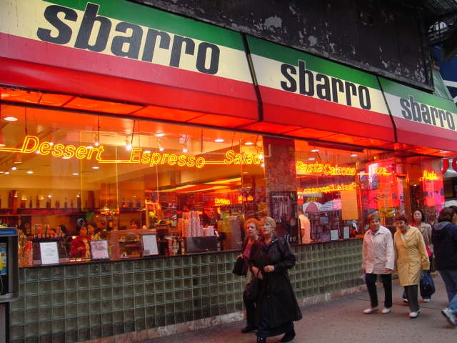 かつて治安の悪い時から庶民の味方としてタイムズスクエアでは顔となっていたイタリアン・レストラン、スバロ(Sbarro)が家賃高騰のためにタイムズスクエア店を閉鎖するそうです。数年前に倒産と聞いていましたが、復活してタイムズスクエア以外では店舗が増えているそうです。 https://t.co/VvadDT3V2l