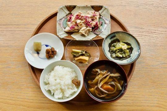 test ツイッターメディア - 【12/10 まで】渋谷ヒカリエ8/のd47食堂に「越後妻有定食」登場中!まつだい棚田バンクの新米こしひかり。干ぜんまい、根菜のけんちん汁。つなんポークは菊の花としゃぶしゃぶ。神楽南蛮味噌、みそ豆、煮菜。越後妻有の味をお楽しみください。https://t.co/mB9tzwTCbT #大地の芸術祭 #echigo_tsumari https://t.co/jm39VwgOwX