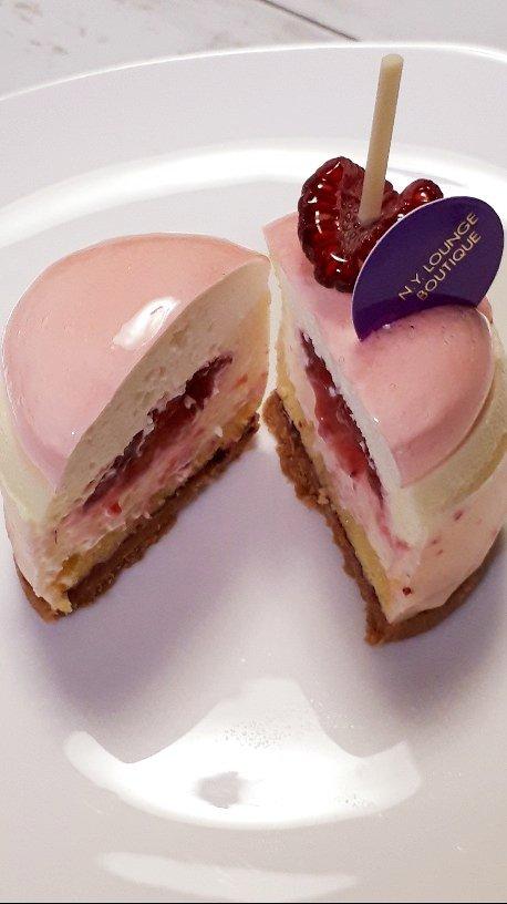 test ツイッターメディア - 他にもケーキ買ってしまい、勝手にスイーツブッフェ開催中。 ガーヤっぽいフロマージュクリュはベリーのジュレとサブレのレアチーズケーキで、エッソンスといういちじくとオレンジのチョコレートケーキや、ショートケーキも。どれも美味しかったけど、ショートケーキはやはり帝国ホテルには敵わない。 https://t.co/Le6XIetS1e