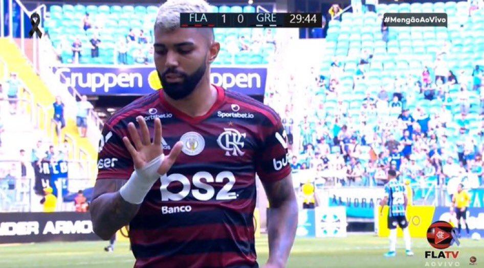 #Gabigol sempre più protagonista. Segna ancora, il Flamengo batte il Gremio 1-0. Viene espulso e uscendo dal campo si conta le dita rivolgendosi alla tifoseria del Gremio: 5 dita come 5 gol in semifinale di Libertadores https://t.co/x6TkYbYWRi