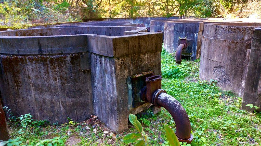 test ツイッターメディア - 宇和島市上水道は大正15年(1926)に愛媛県下で初めて布設された。 給水量の増加に伴い設備拡張が行われたが、昭和51年(1975)須賀川ダムの完成により、これらの施設も廃止された。  洗堰(創設時) 柿原水源地第一堰堤(昭和6年竣工) 柿原水源地第二堰堤(昭和26年竣工) 柿原浄水場急速ろ過池(創設時) https://t.co/zZTFK90IJL https://t.co/dKCvLLocX0