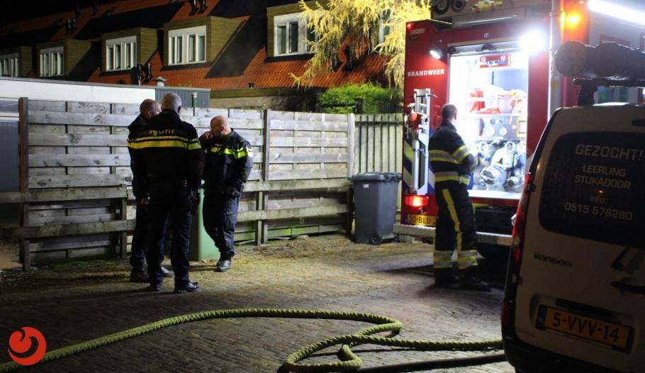 Schuttingen in brand gestoken - LEEUWARDEN – In de nacht van zaterdag op zondag moest de brandweer tweemaal uitrukken voor brandende schuttingen in een steeg. Het... -..