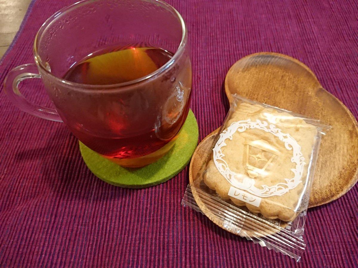 test ツイッターメディア - 今日のおやつは、馬車道十番館の #ビスカウト レモン!この間自分史自分楽のメンバーと「何味が一番か?」話してたんだけど私はレモンだなぁ。チョコレート味も人気だった。横浜ローカルの美味しいものって本当いっぱいある♪…次回の #自分史自分楽 は来年2月開催予定です🍀 #馬車道十番館 #横浜 https://t.co/9znfZN5S0L